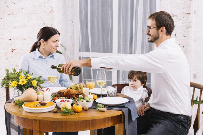 Imagem mostra família jantando em um espaço gourmet